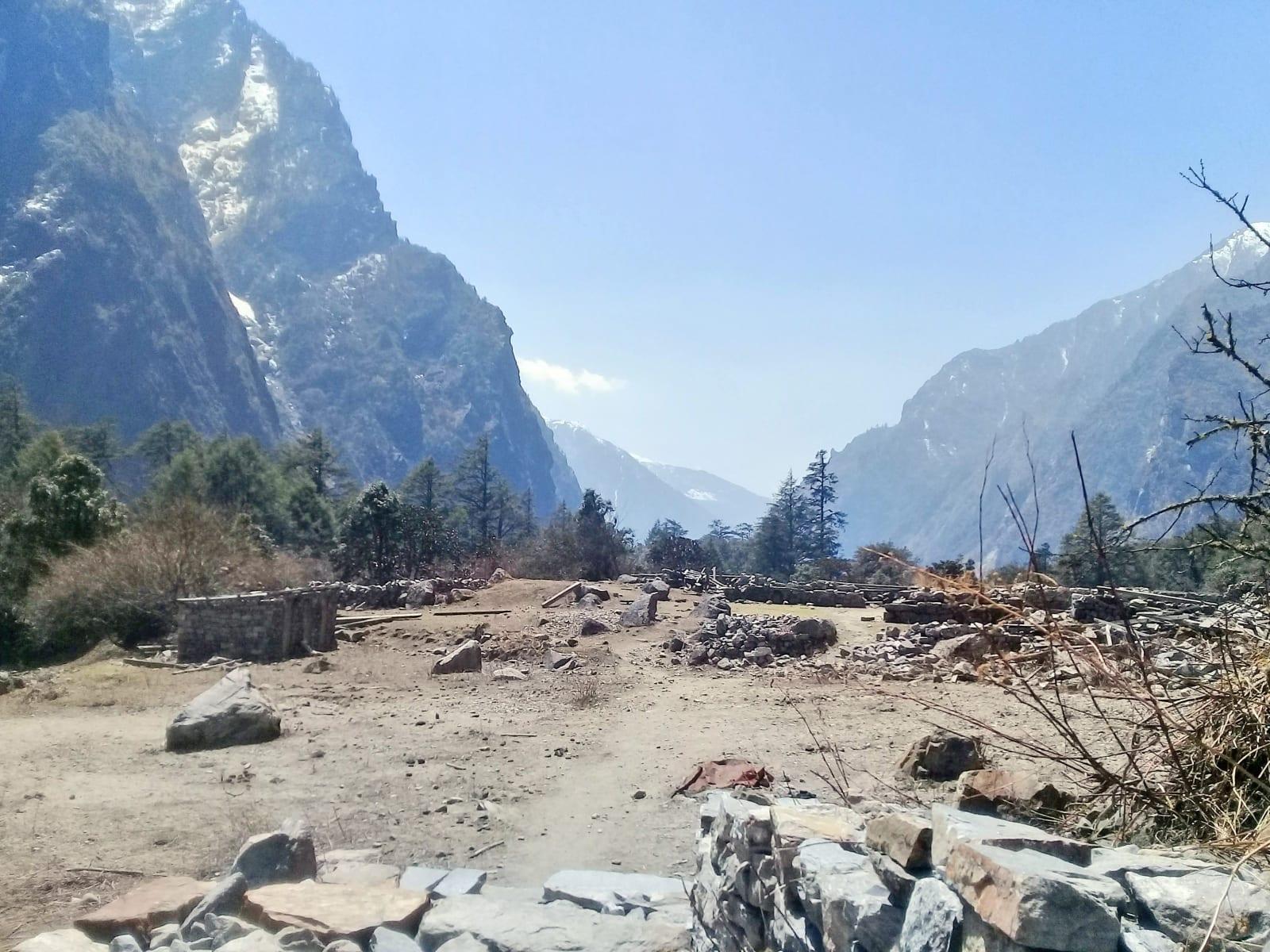 Torzo-bývalé-vesnice-Ghoda-Tabela-spal-jsem-v-té-budově-vlevo-Nepál
