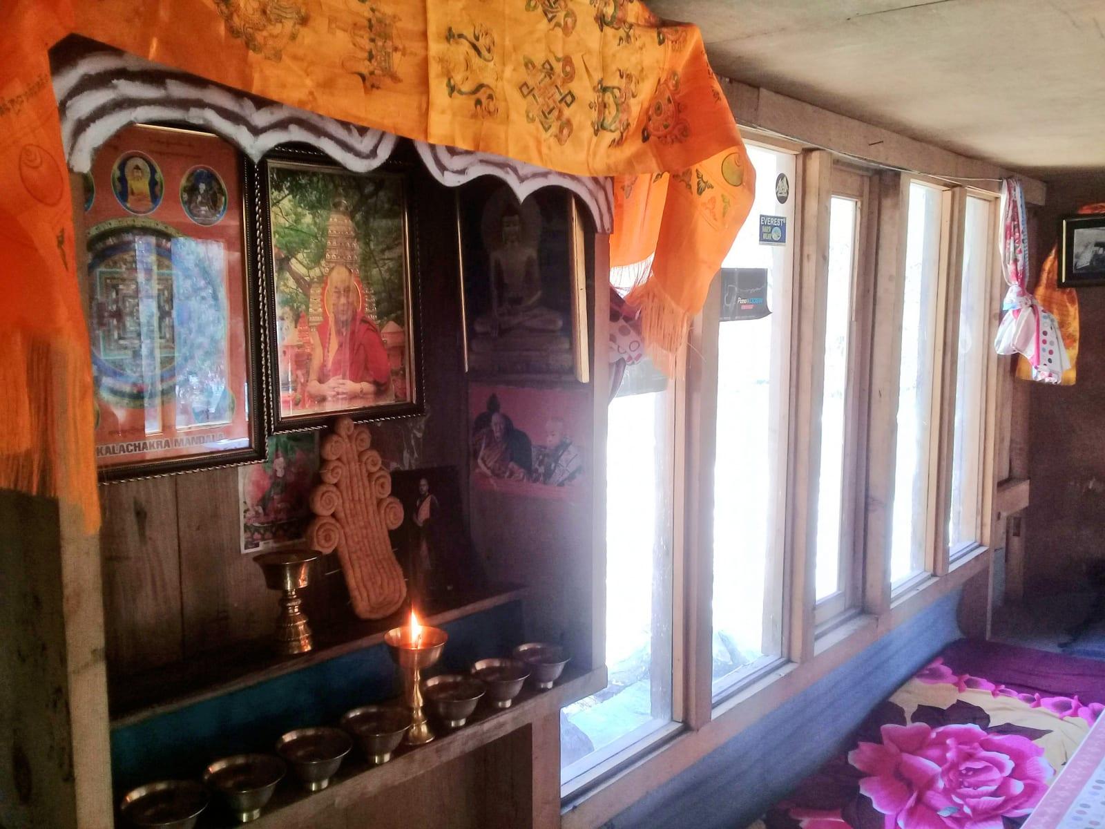 Tradiční-oltář-v-jedné-z-horských-boud-Nepál