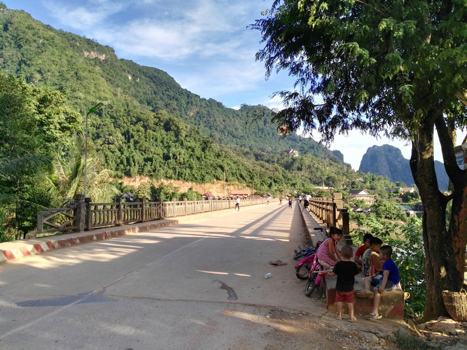 Poklidná atmosféra městečka Nong Khiaw, Laos