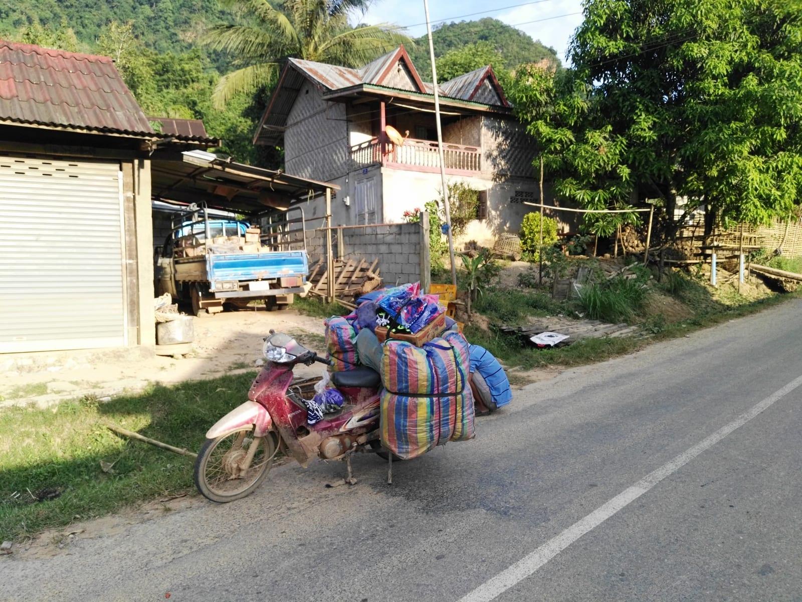 A tradiční způsob přepravy čehokoli, Nong Khiaw, Laos