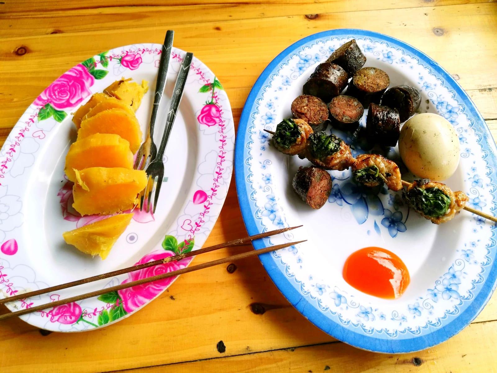 Výborné jídlo z grilu ve vesničce Cat Cat, Sapa, Vietnam