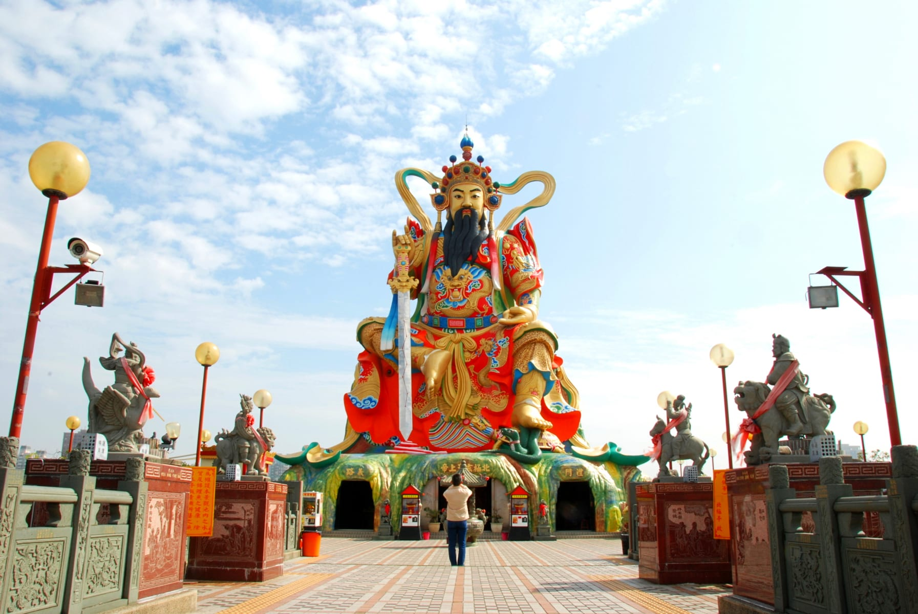 Socha taoistického boha Xuan Tian Shang Di u Lotusového jezera v Kao-siungu