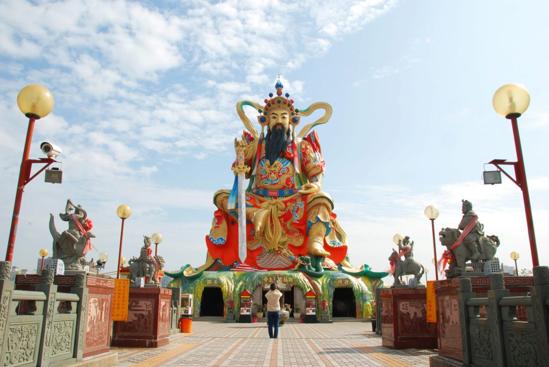 Socha taoistického boha Xuan Tian Shang Di u Lotusového jezera v Kao-siungu, Tchaj-wan