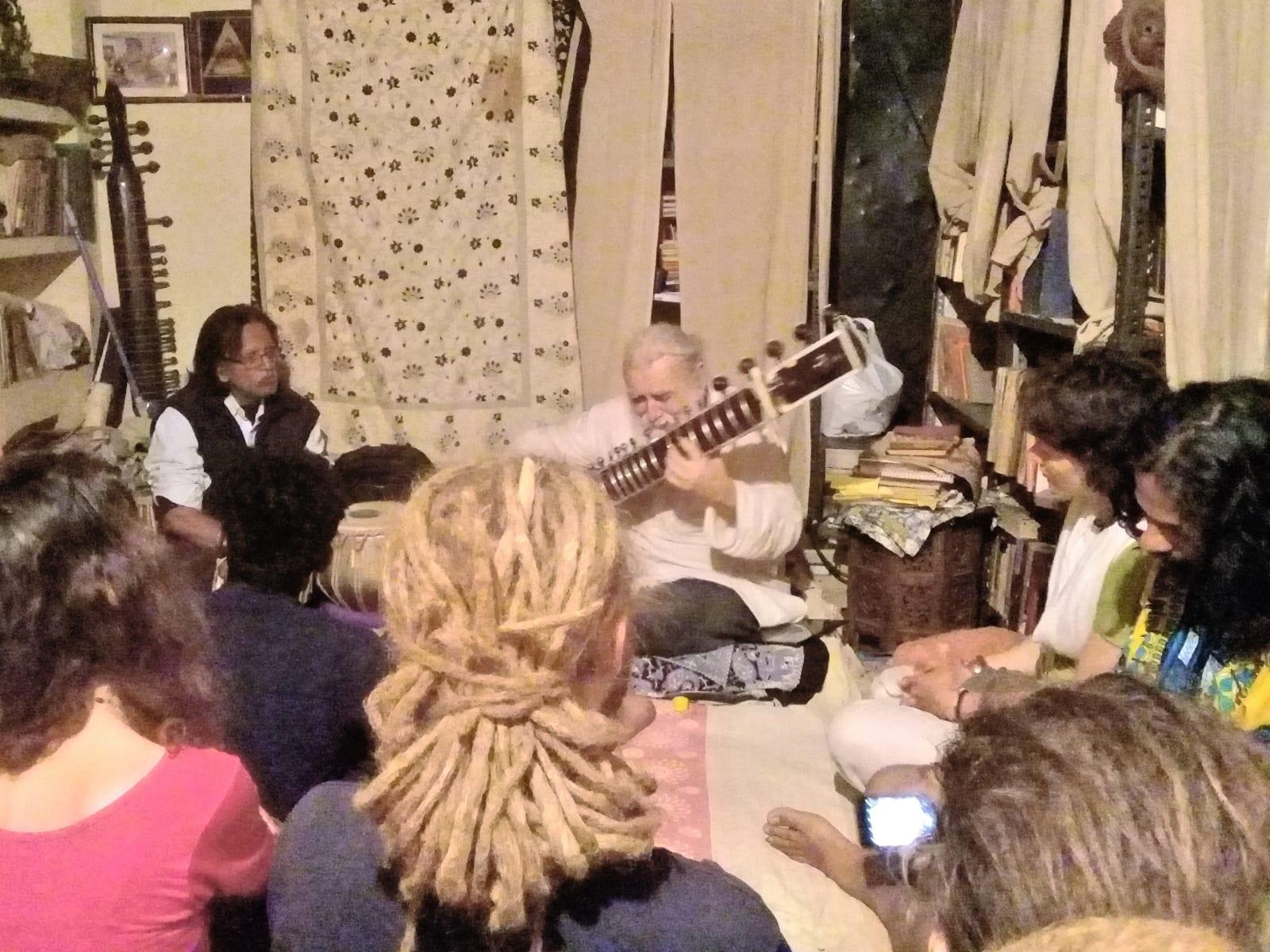 Úžasný koncert sitáru u profesora doma, Varanásí