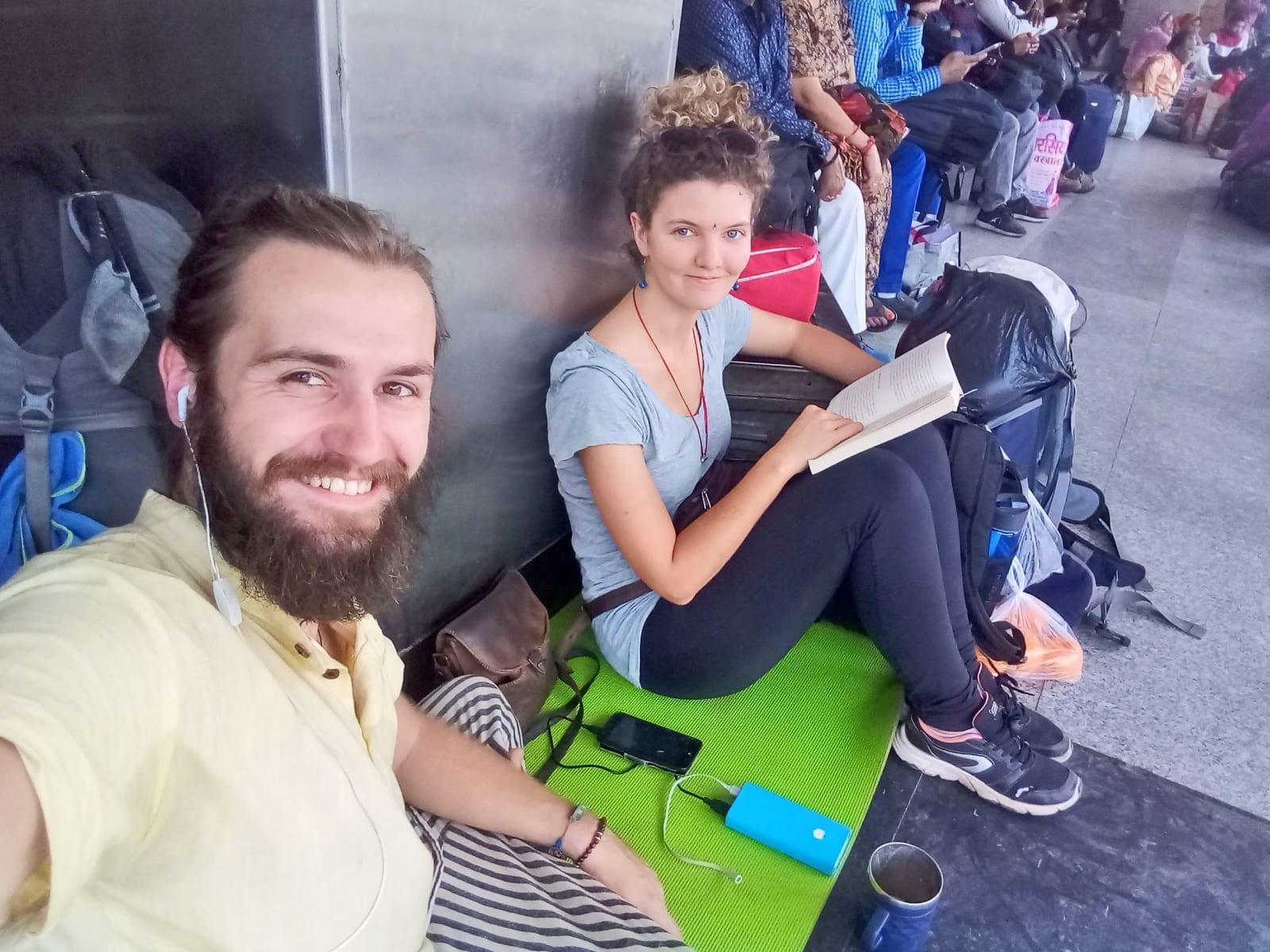 Čekáme na vlak z Kolkaty do Varanásí
