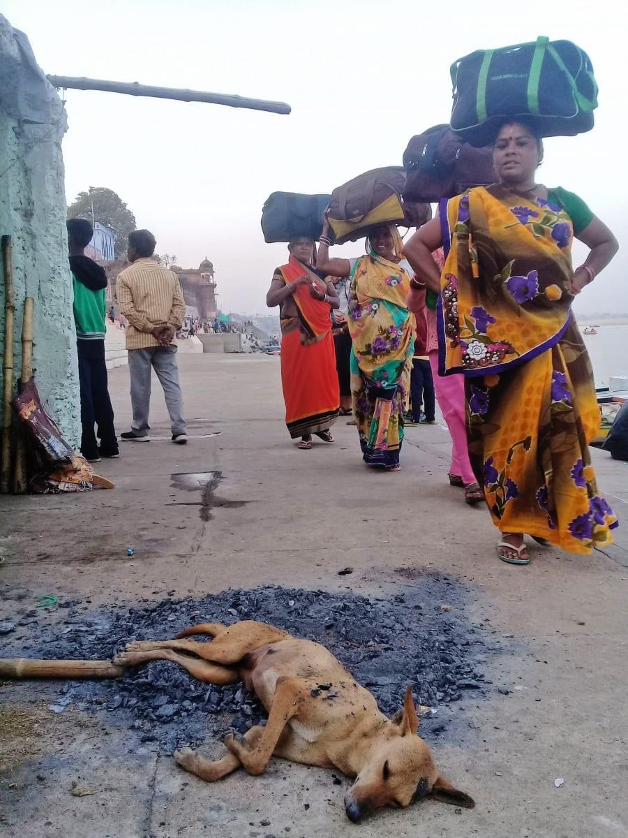 Běžný styl nošení nákladu v Indii, Varanásí