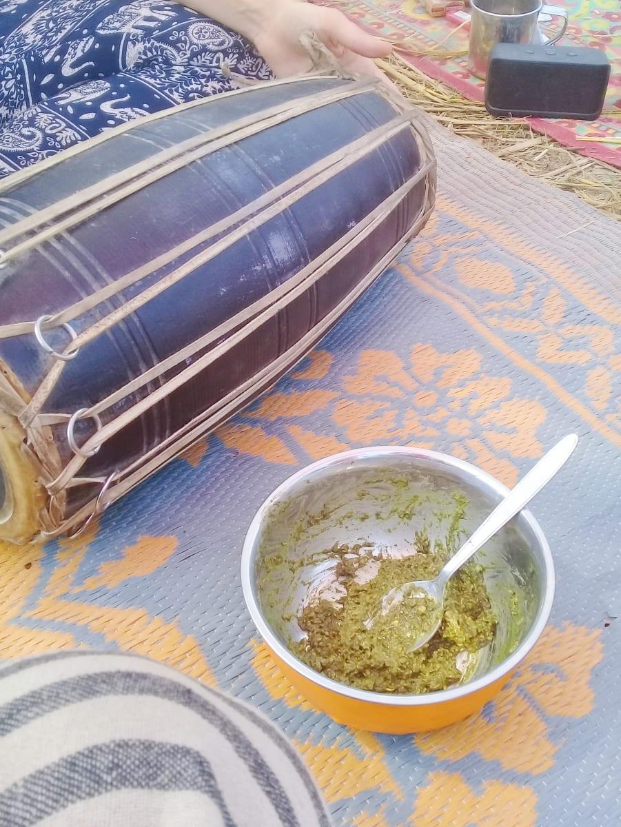 Bhang kaše. Tedy ovesná kaše s indickým konopím k snídani, Khumb Mela, Illahabád