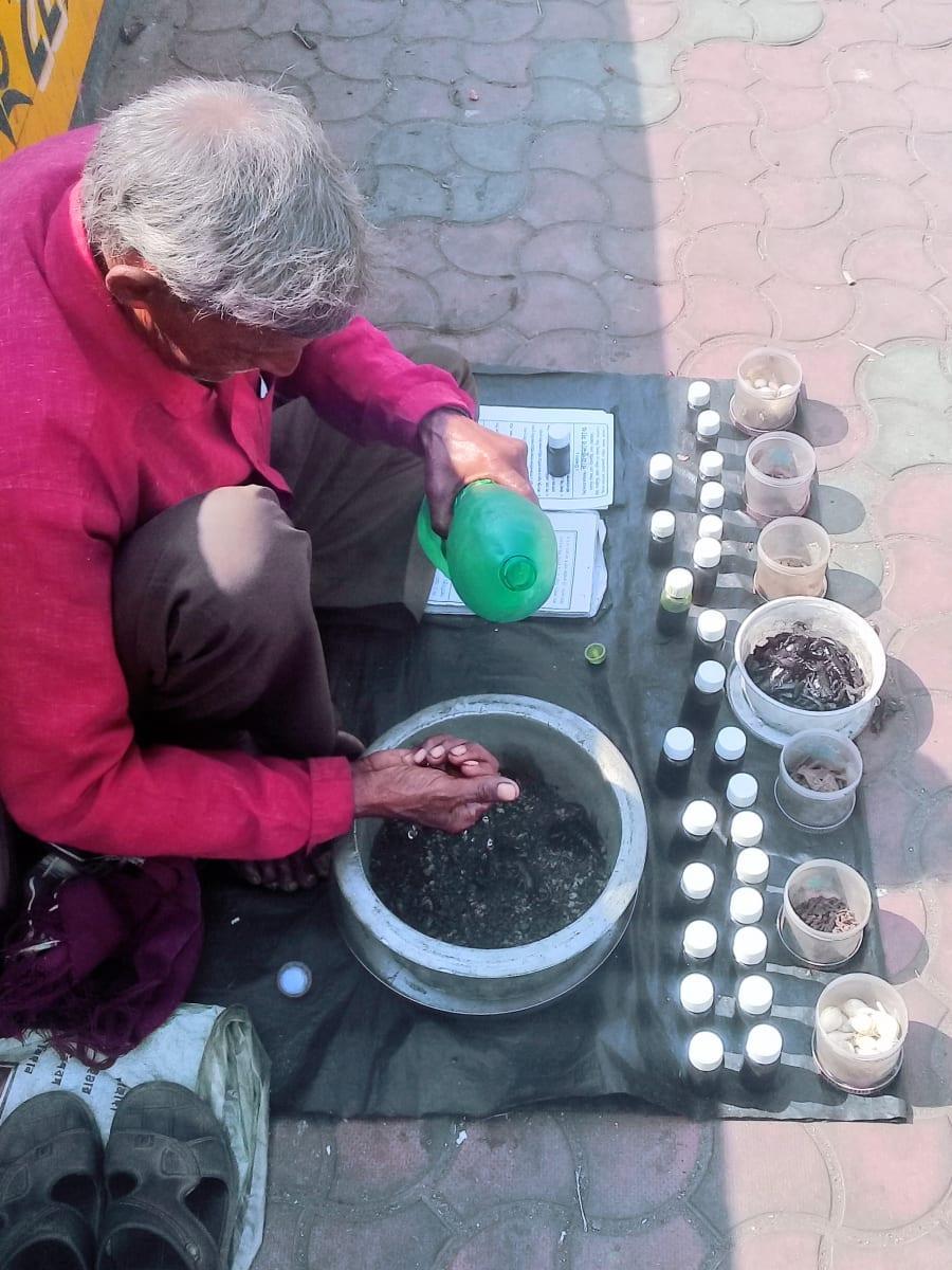 Děda oplachuje své škorpiony, Kolkata