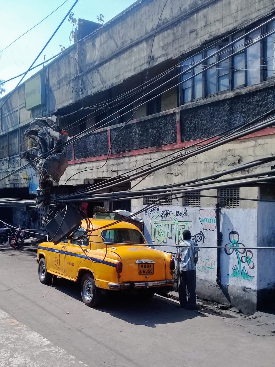 Kultovní taxíky v Kalkatě. Zde řidič využil pauzy mezi klienty, Kolkata