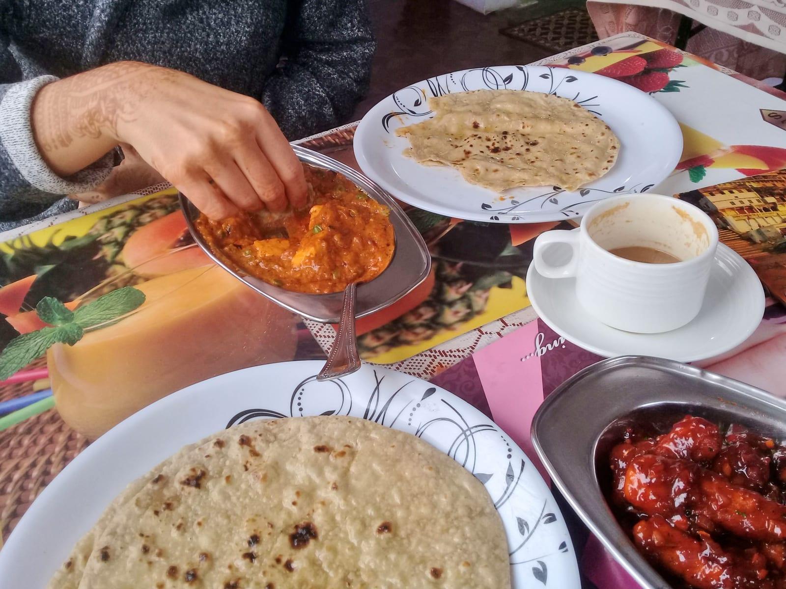 Mattar paneer, čaj s mlékem, placky a skvělé kukuřičky v chilli, Varanásí