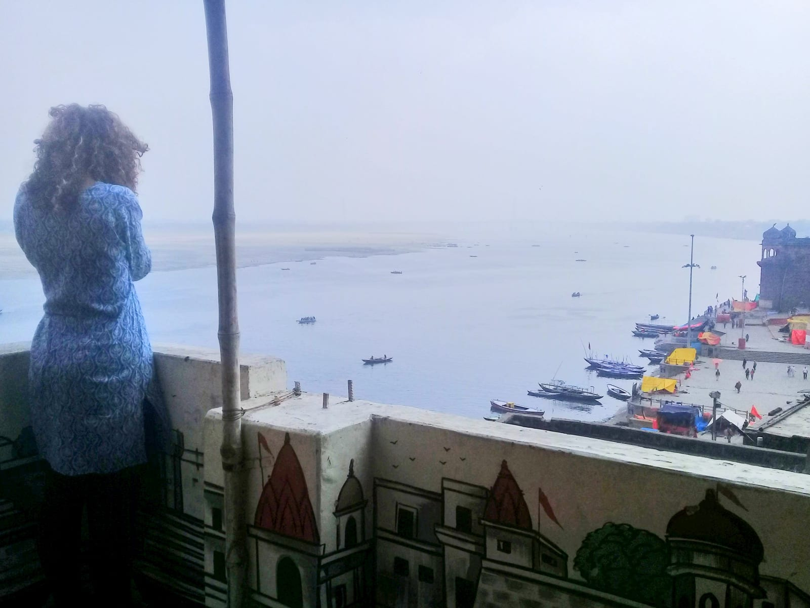 Některé budovy blízko řeky poskytují krásné výhledy, Varanásí