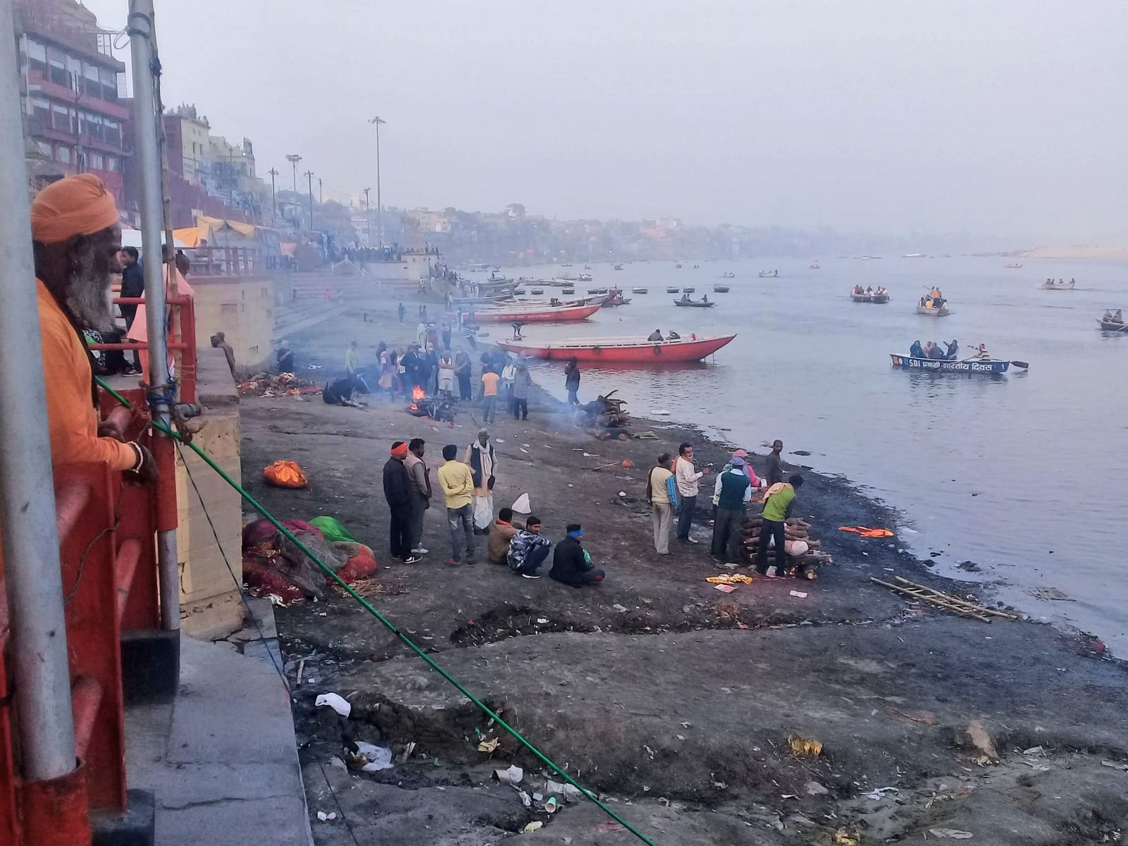 Pálení mrtvých na břehu Gangy, Varanásí