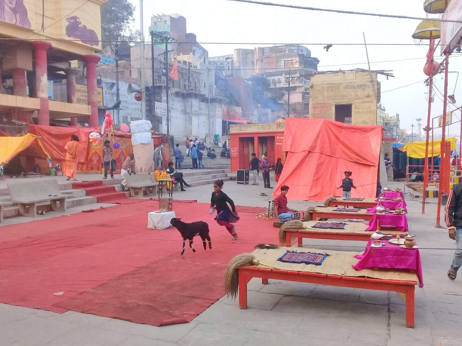 Příprava na večerní Ganga Aarti show. Děti si mezitím stíhají hrát s kůzlaty, Varanásí