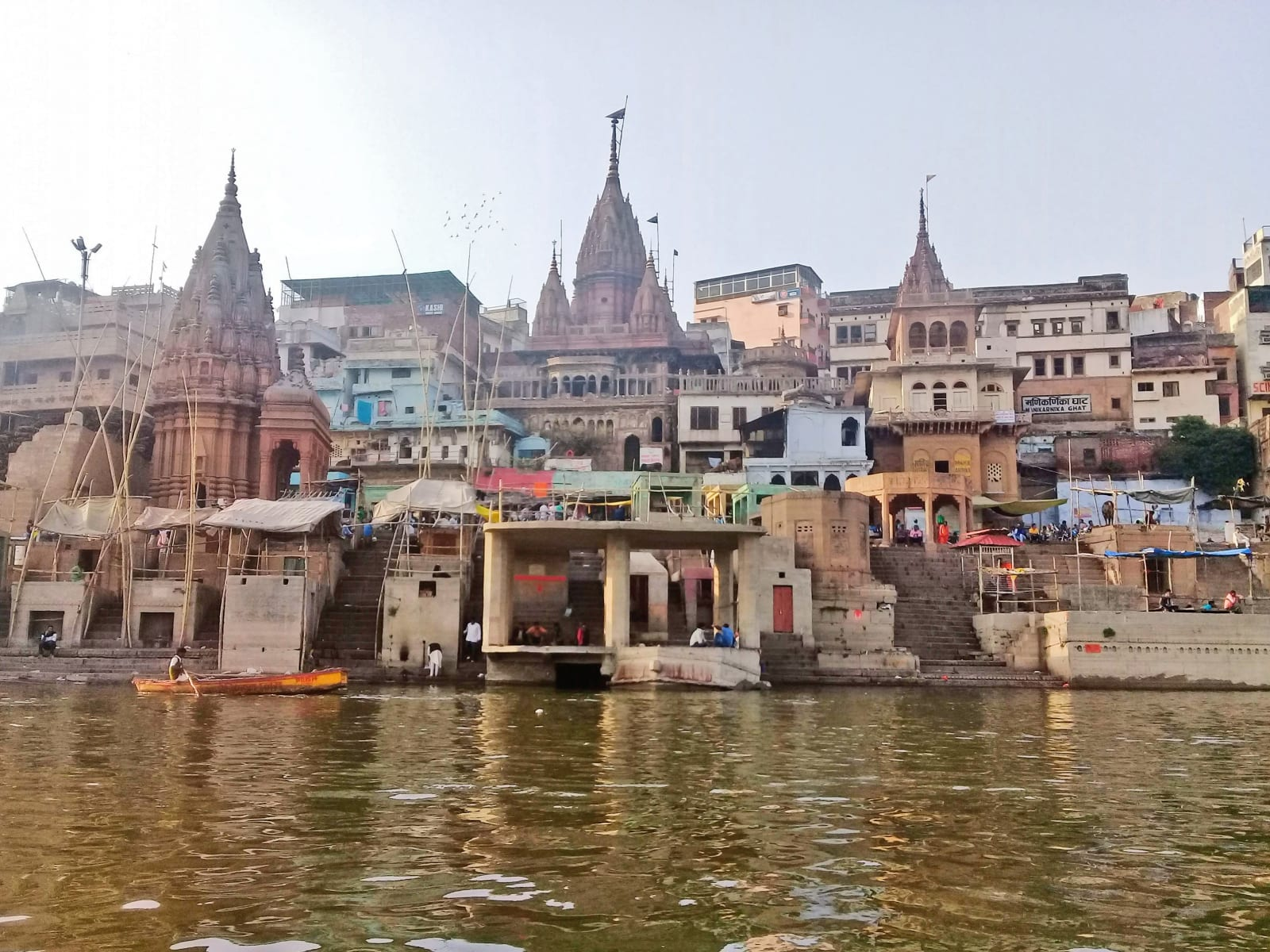 Pohled na město Varanásí z Gangy