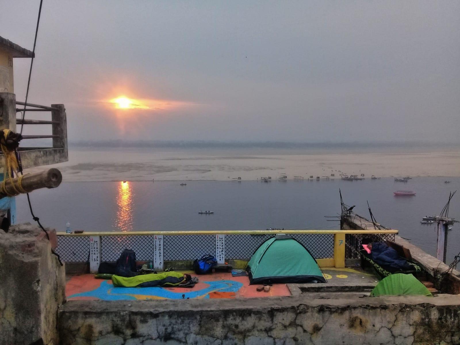 Ranní východ slunce nad Gangou ze střechy squattového domu, Varanásí