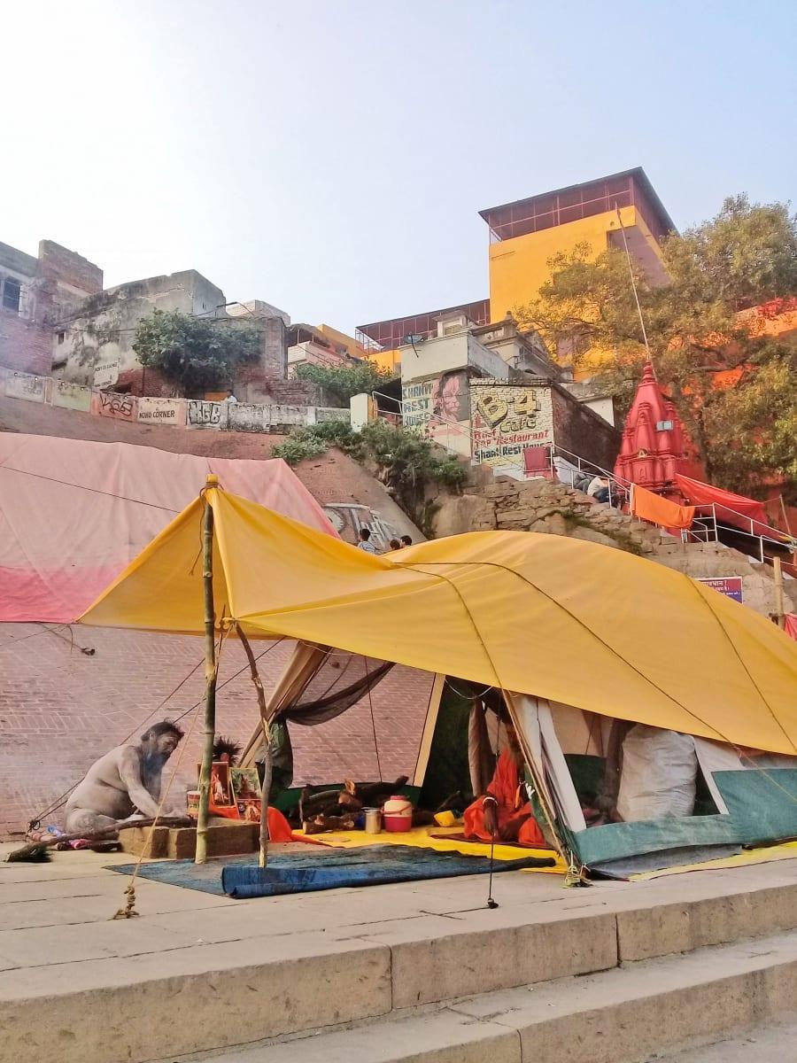 Sádhůs žijící na nábřeží řeky Gangy, Varanásí
