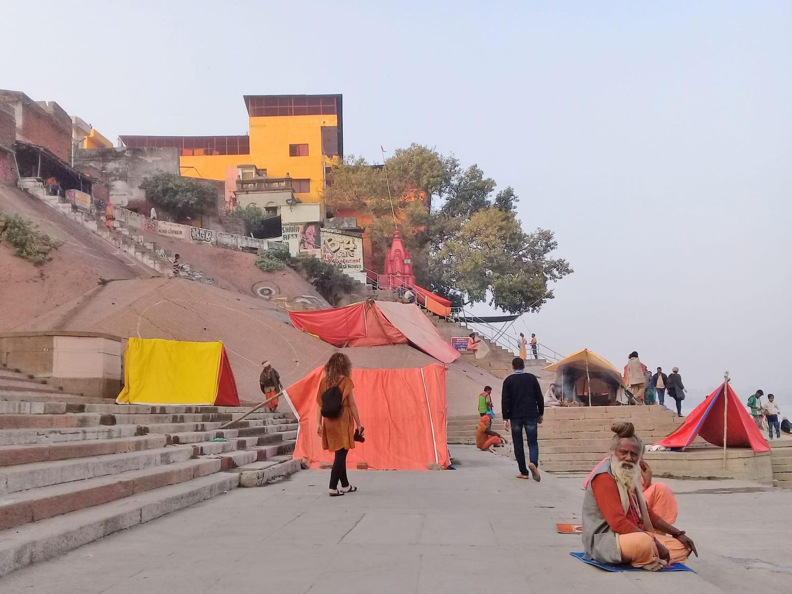Stany Sádhůs na nábřeží řeky Gangy, Varanásí